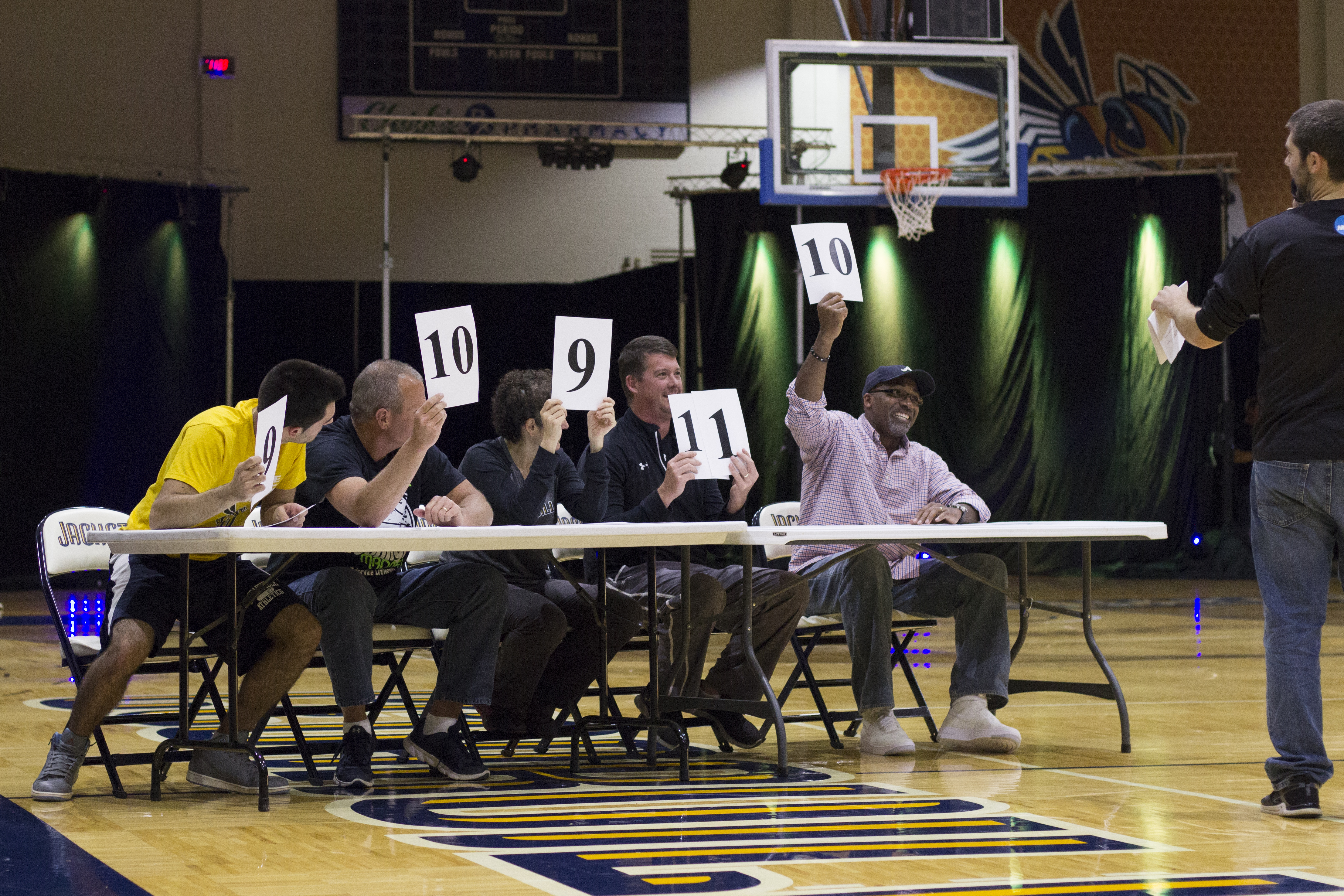 Judges rate each of the three contestant's dunking performance.